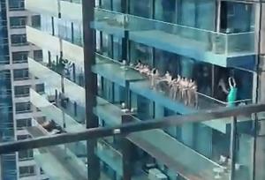 femei goale balcon dubai